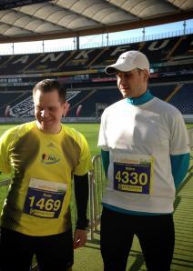 Mein Bruder Sven (1:50:54) und ich vorm Start in der Arena