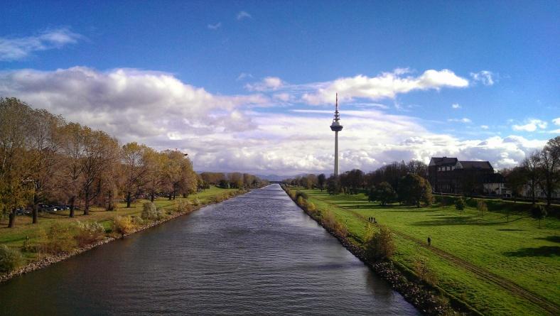 Neckar und Fernmeldeturm am Luisenpark in Mannheim. Blickrichtung Odenwald.